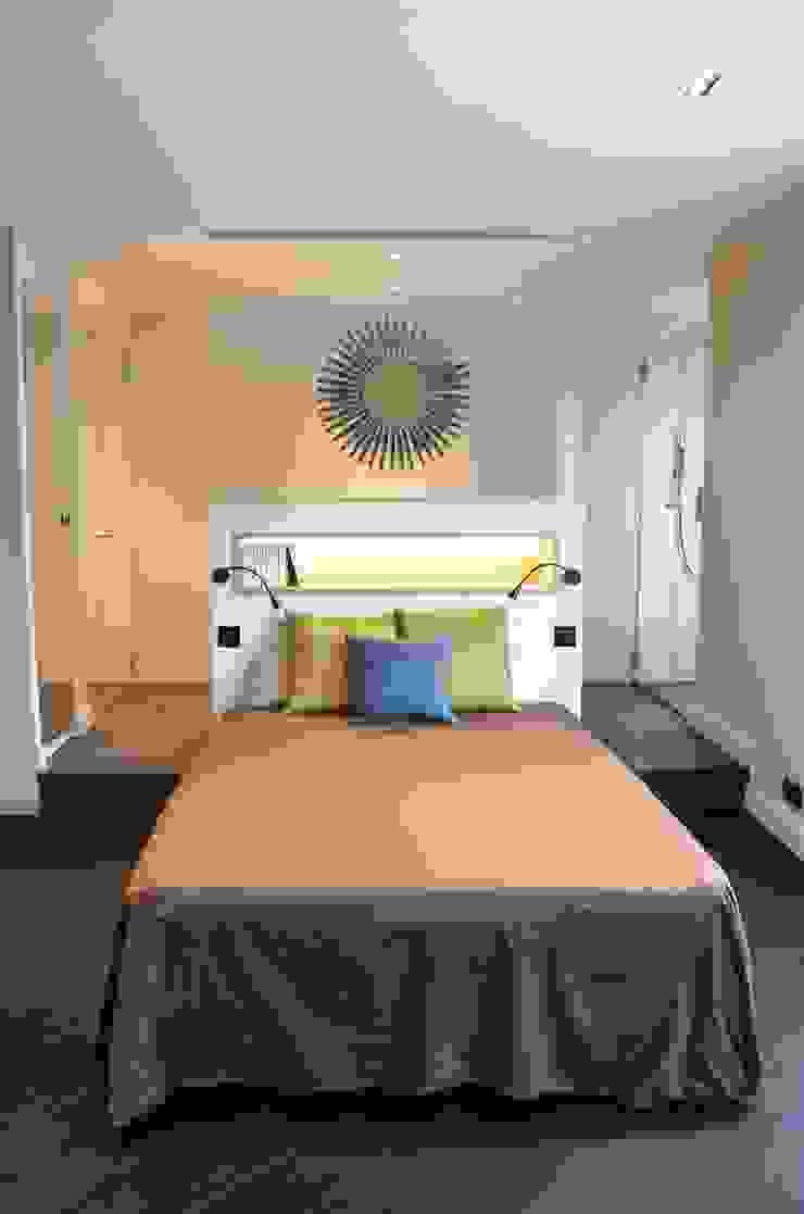 La chambre parentale, un espace grandiose avec une salle de bain et un dressing ouverts sur la pièce, comme une suite d'hôtel... Chambre moderne par Agence MIND Moderne