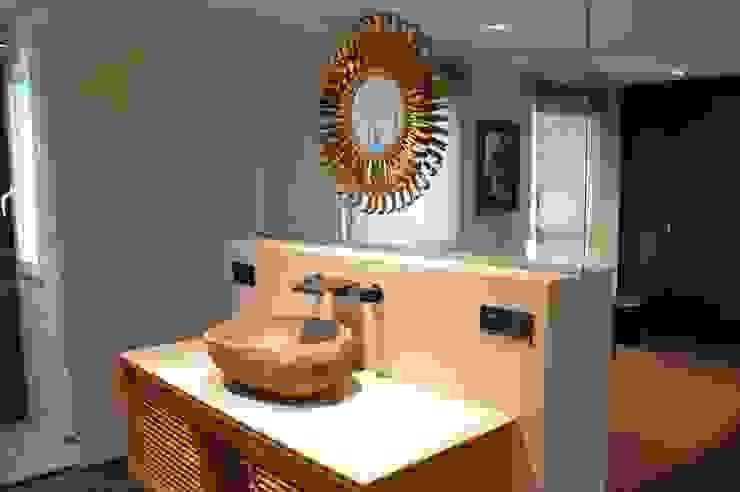 Une salle de bain ouverte sur la chambre Salle de bain moderne par Agence MIND Moderne