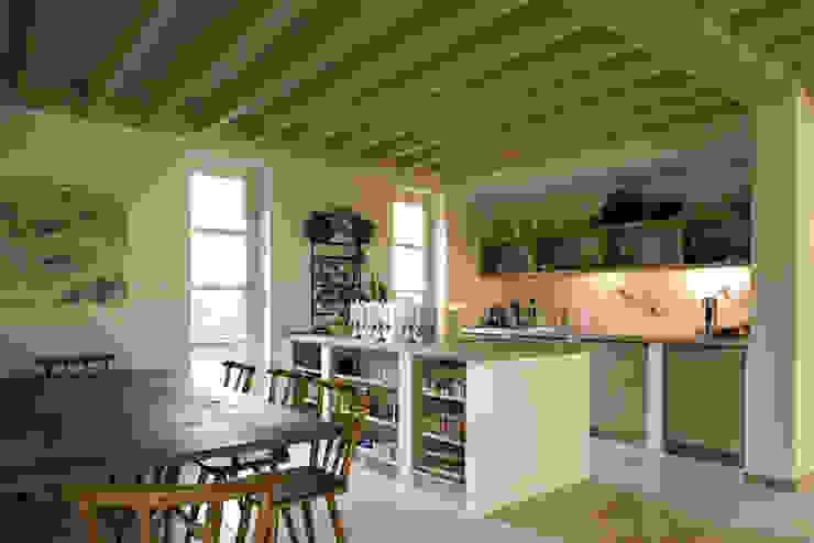 Haus am Schwielowsee Landhaus Küchen von wolff:architekten Landhaus