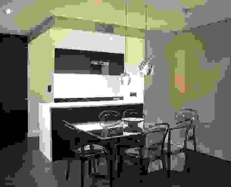 Salle à manger et cuisine ouverte aux contrastes Noir et Blanc très chic Salle à manger moderne par Agence MIND Moderne