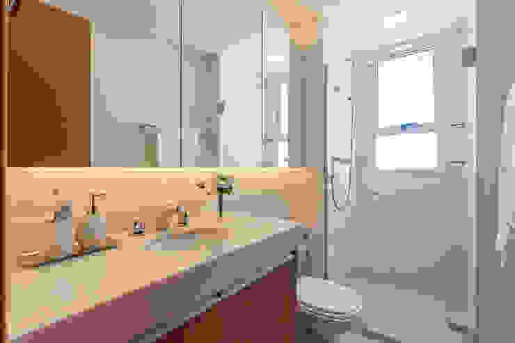 Bathroom by ÓBVIO: escritório de arquitetura