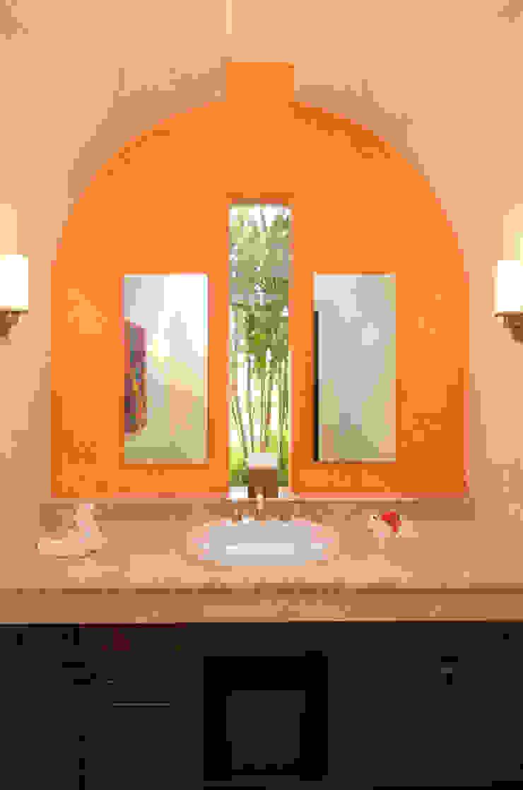 Tropical style bathroom by BR ARQUITECTOS Tropical