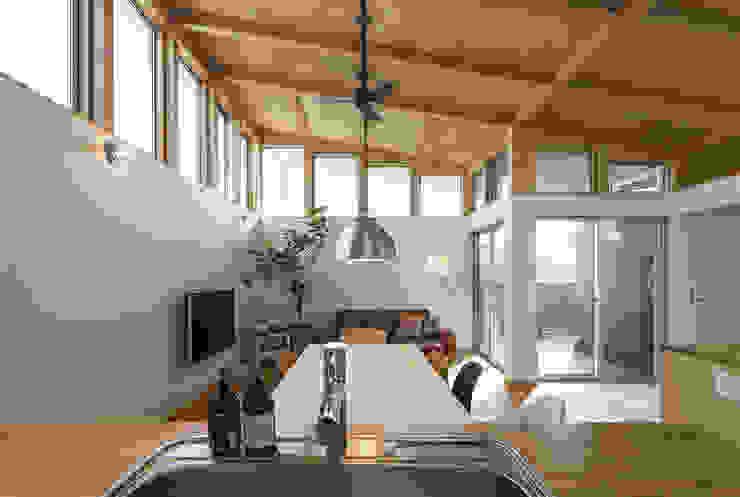 Salas de estar modernas por 株式会社建楽設計 Moderno