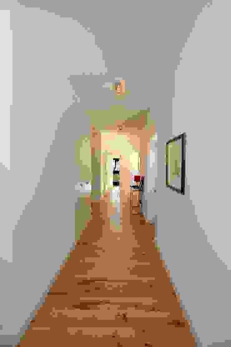 Renovação moradia em Birre II   Cascais Corredores, halls e escadas modernos por shfa Moderno Madeira Acabamento em madeira