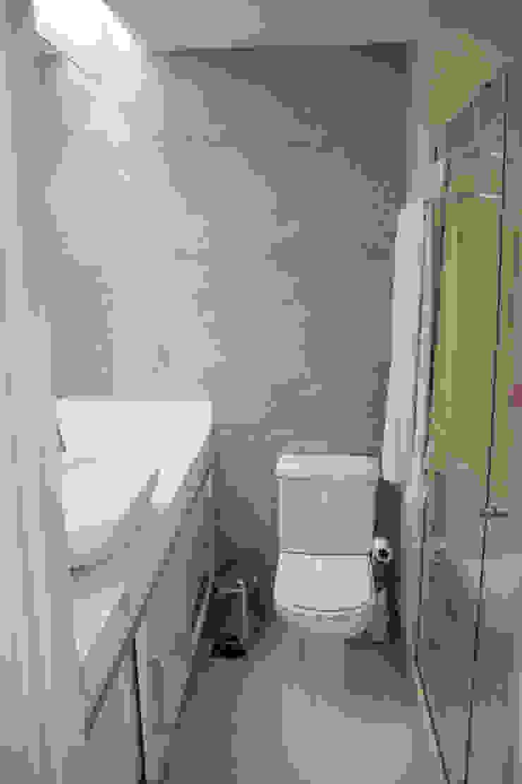 APARTAMENTO M|C Banheiros modernos por Lote 21 Arquitetura e Interiores Moderno