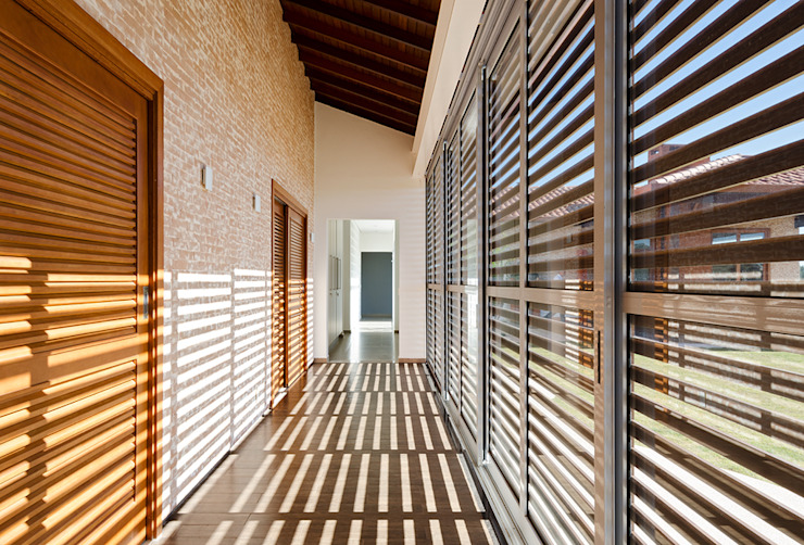 Casa Manacás Corredores, halls e escadas modernos por NOMA ESTUDIO Moderno