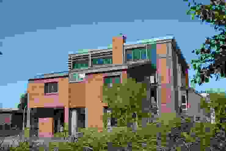 zijkant Moderne huizen van TIEN+ architecten Modern