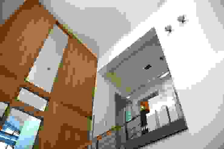 trappenhuis boven Moderne gangen, hallen & trappenhuizen van TIEN+ architecten Modern