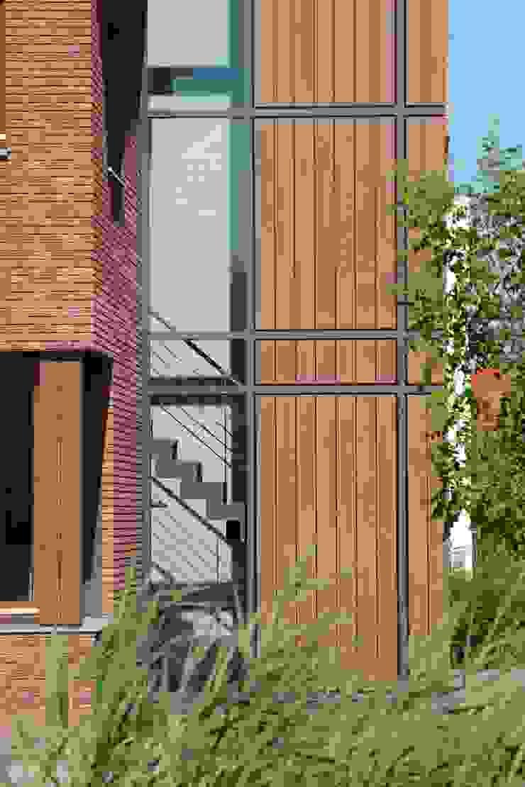 trappenhuis van buiten Moderne huizen van TIEN+ architecten Modern