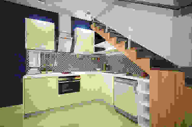 Кухня под лестницей Кухня в скандинавском стиле от Студия интерьера 'SENSE' Скандинавский