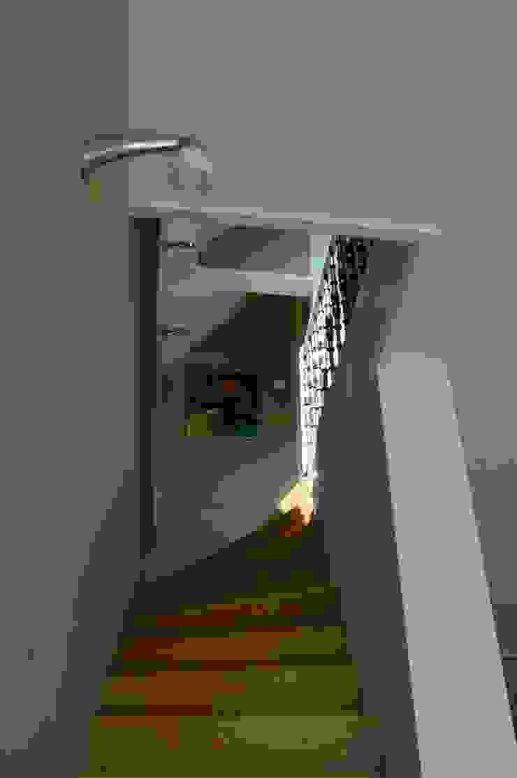 Pasillos, vestíbulos y escaleras de estilo moderno de TIEN+ architecten Moderno