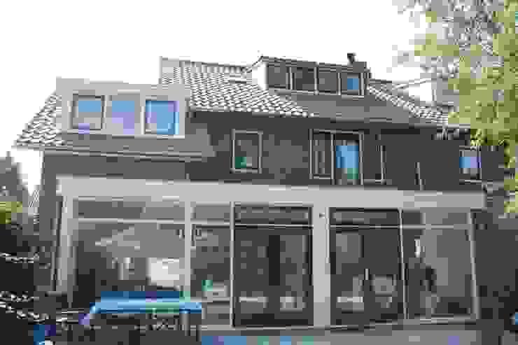 achterzijde:  Huizen door TIEN+ architecten