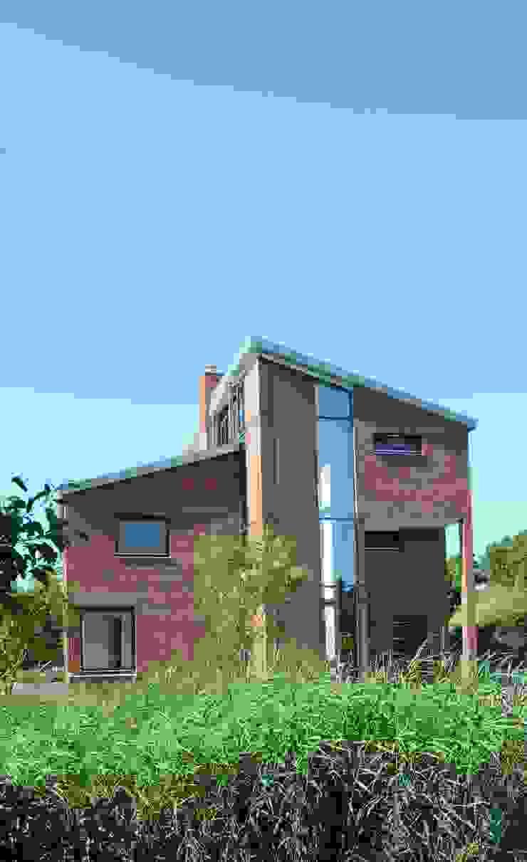 voorzijde Moderne huizen van TIEN+ architecten Modern