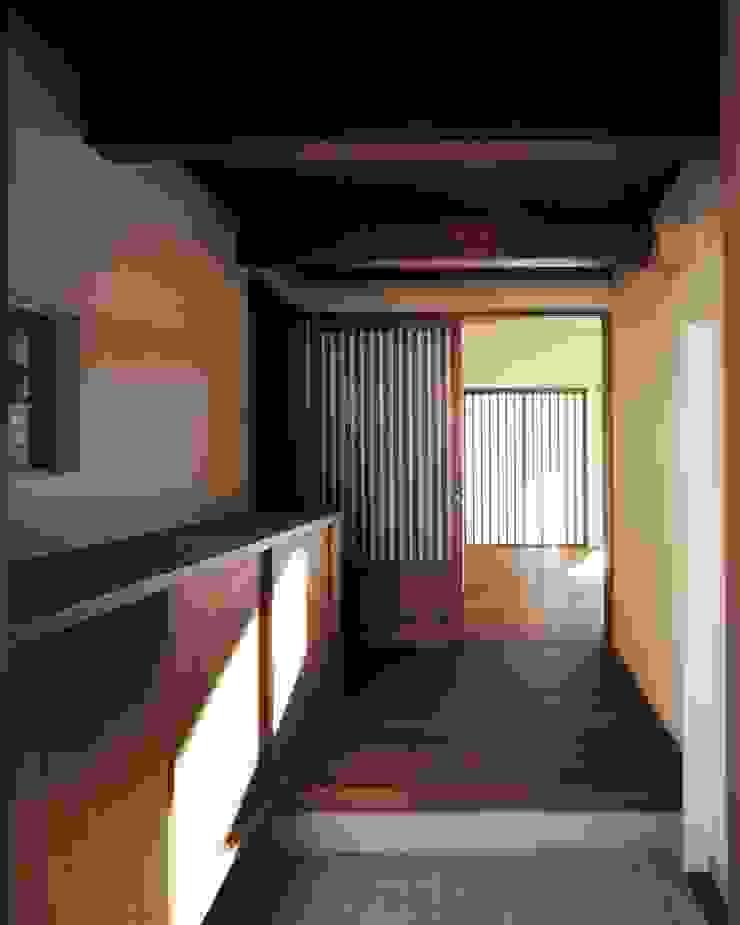 深川の家 House In Fukawa オリジナルスタイルの 玄関&廊下&階段 の 飯塚建築工房 オリジナル