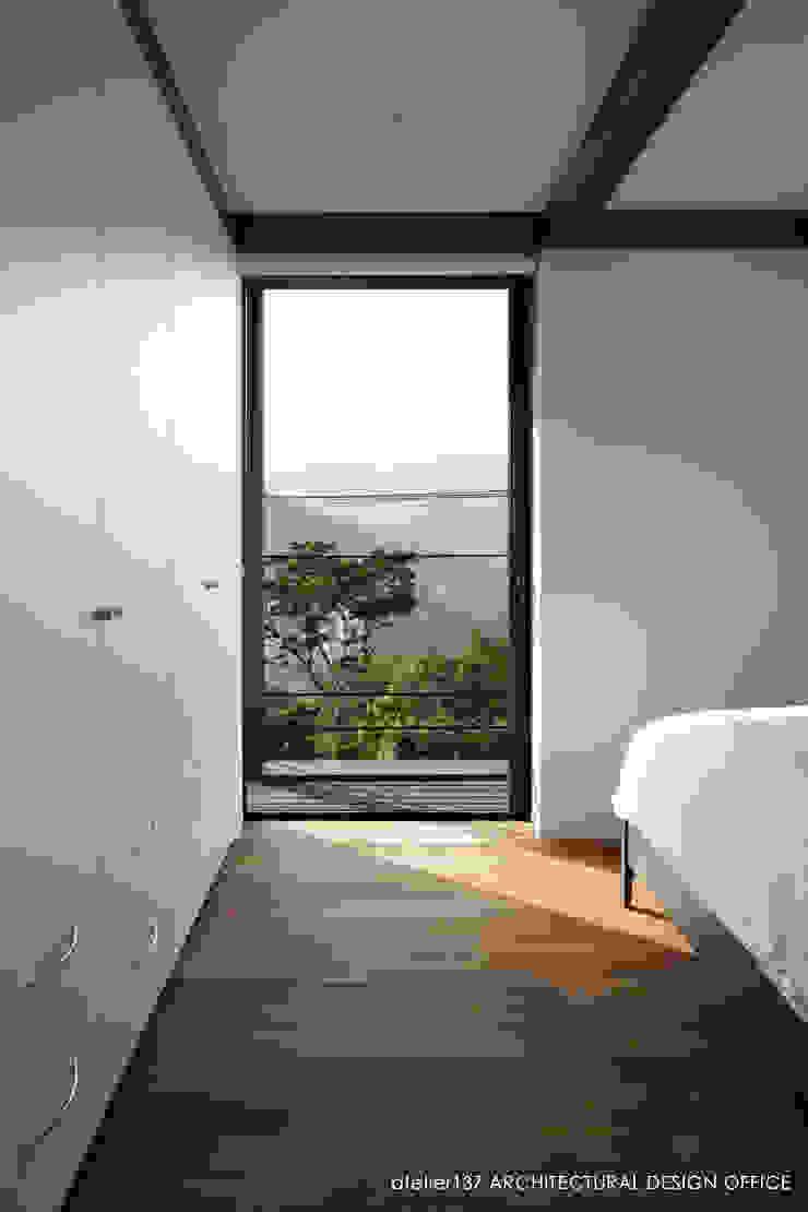 寝室 モダンスタイルの寝室 の atelier137 ARCHITECTURAL DESIGN OFFICE モダン