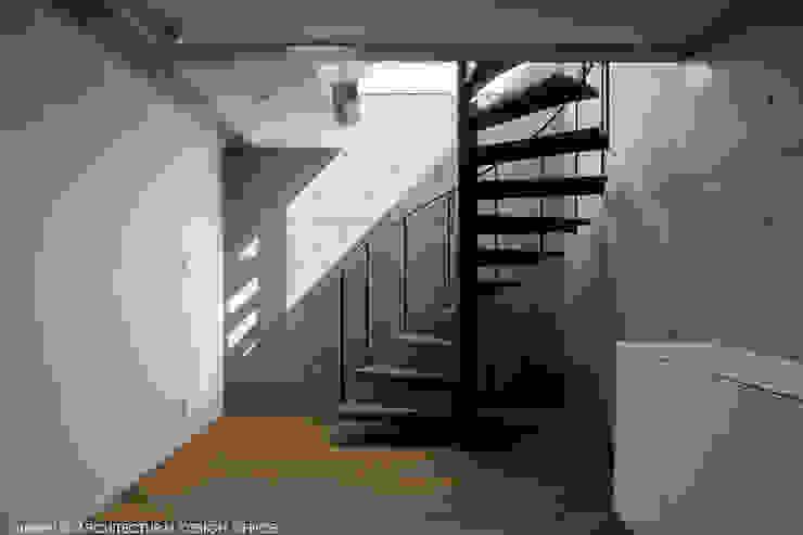 Hành lang, sảnh & cầu thang phong cách hiện đại bởi atelier137 ARCHITECTURAL DESIGN OFFICE Hiện đại Sắt / thép