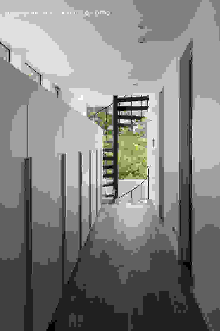 廊下壁面収納 モダンスタイルの 玄関&廊下&階段 の atelier137 ARCHITECTURAL DESIGN OFFICE モダン MDF