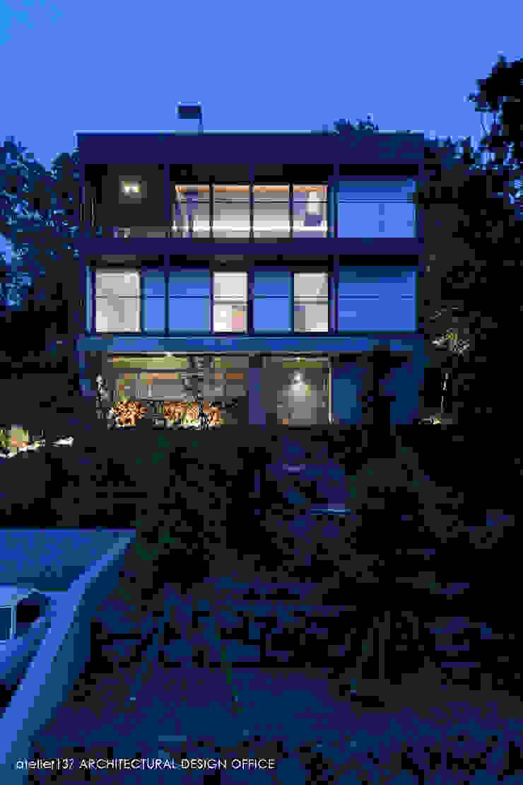 外観夕景 モダンな 家 の atelier137 ARCHITECTURAL DESIGN OFFICE モダン