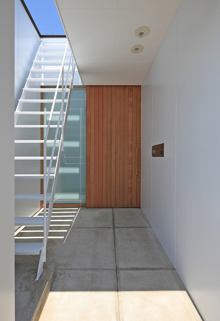 CONVEX HOUSE / 玄関・屋根にのぼる階段 モダンな 家 の SCALE     株式会社スケール モダン