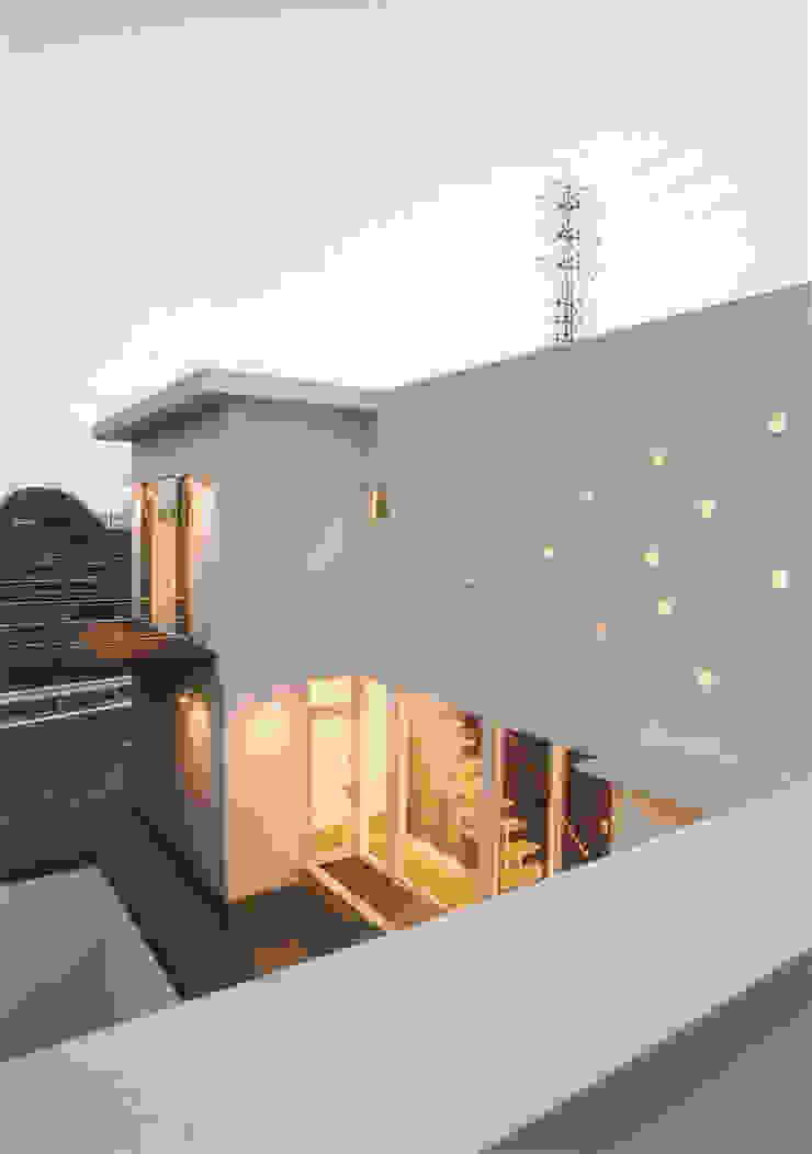 ランダムに設けられた丸い穴 モダンな 家 の 阿部泰道建築設計事務所 モダン