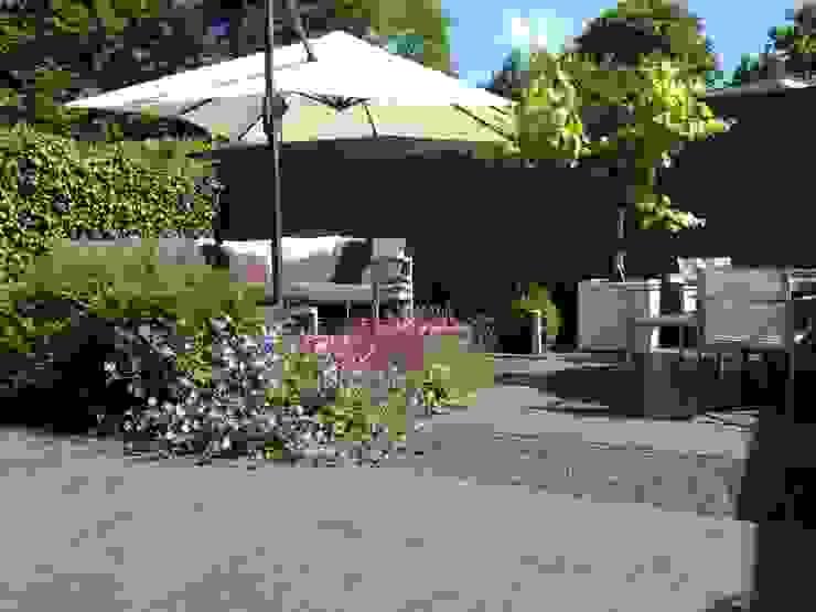 Moderne strakke achtertuin in Santpoort-Zuid Moderne tuinen van Biesot Modern