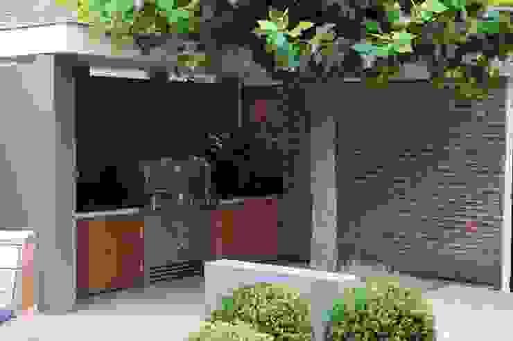 Moderne stijlvolle stadstuin in centrum Haarlem Moderne keukens van Biesot Modern