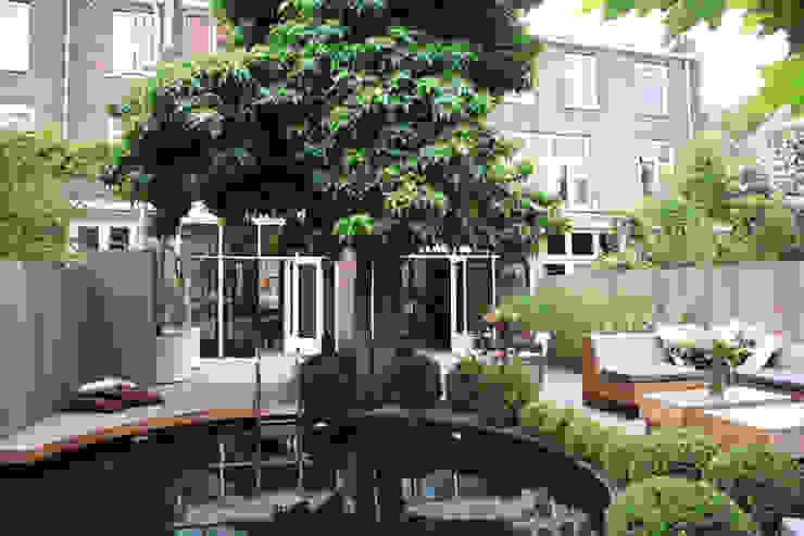 Moderne stijlvolle stadstuin in centrum Haarlem Moderne zwembaden van Biesot Modern