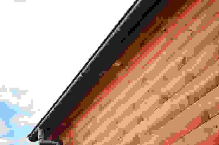 Oświetlenie LED elewacji w całorocznym domku drewnianym 12x4m - Domek mobilny na kołach Klasyczne domy od Letniskowo.pl Sp. z o.o. Sp.k. Klasyczny Drewno O efekcie drewna