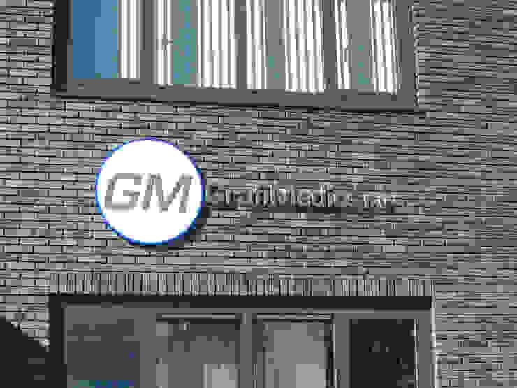 Gevelbelettering met diepte Kouwenbergh Machinefabriek B.V. Moderne kantoorgebouwen