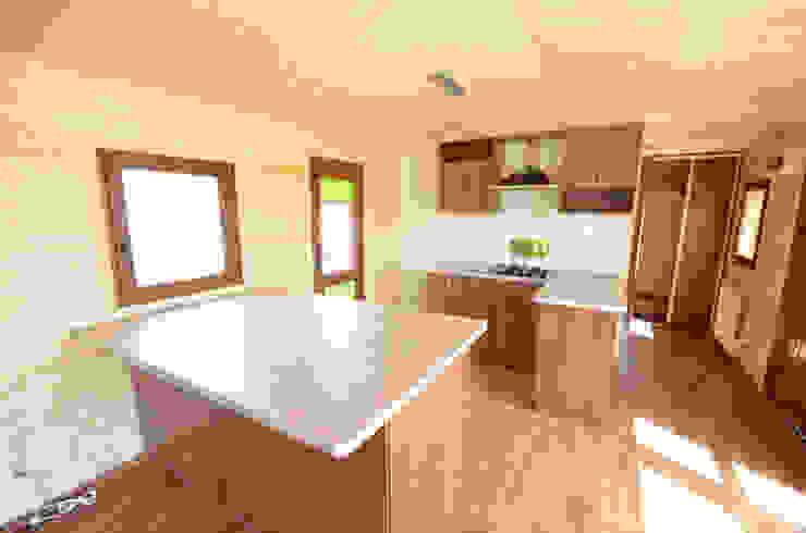Kuchnia w całorocznym domku drewnianym 12x4m - Domek mobilny na kołach Klasyczna kuchnia od Letniskowo.pl Sp. z o.o. Sp.k. Klasyczny