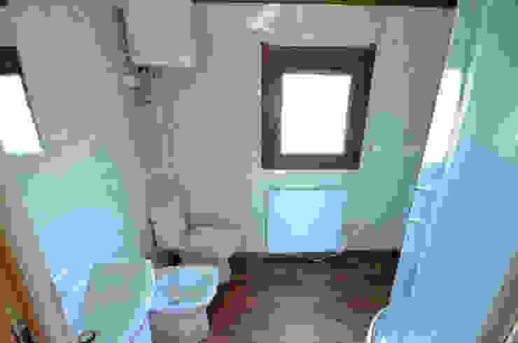 Łazienka w całorocznym domku drewnianym 12x4m - Domek mobilny na kołach Klasyczna łazienka od Letniskowo.pl Sp. z o.o. Sp.k. Klasyczny