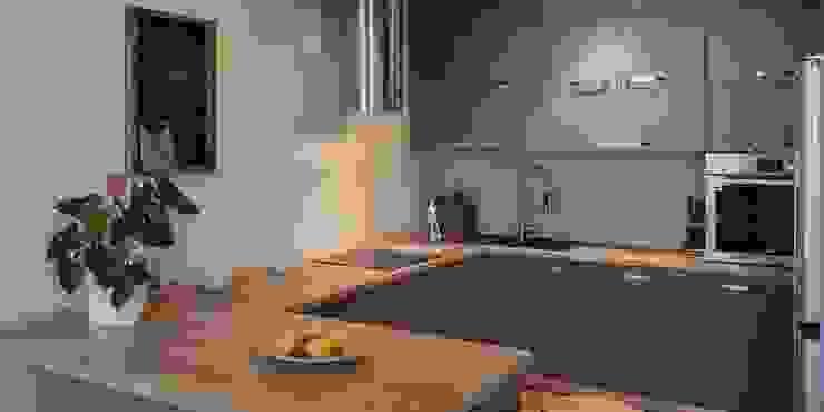 Трехуровневая квартира Кухня в стиле минимализм от Despace Минимализм