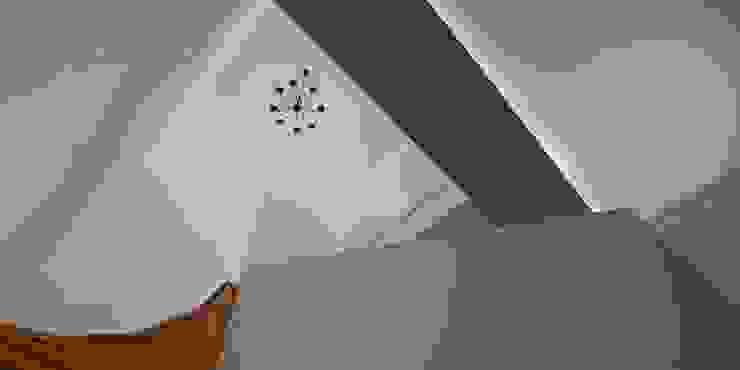 Трехуровневая квартира Коридор, прихожая и лестница в стиле минимализм от Despace Минимализм