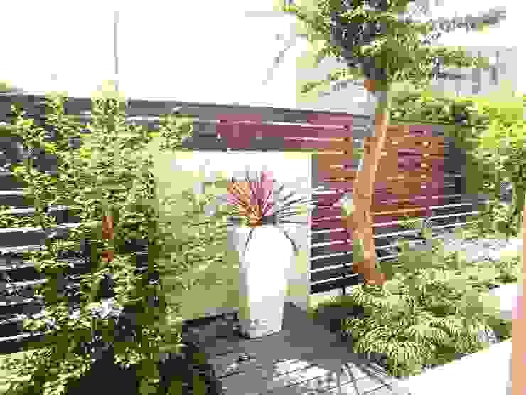 モダンリゾート感のあるリビングテラスガーデン 地中海風 庭 の 株式会社Garden TIME 地中海 木 木目調