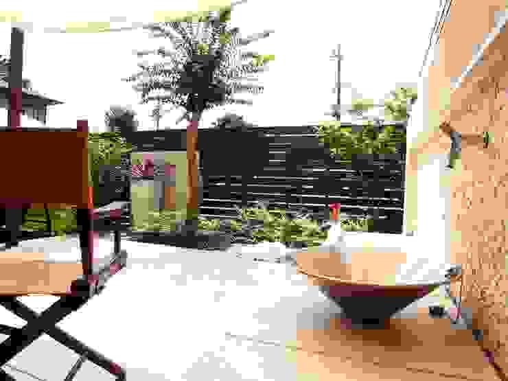 モダンリゾート感のあるリビングテラスガーデン 地中海風 庭 の 株式会社Garden TIME 地中海 タイル