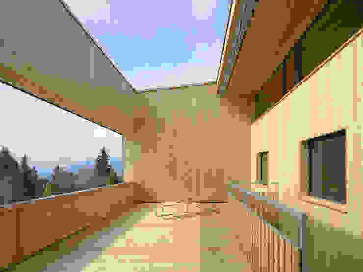 Passivhaus Vogel Moderner Balkon, Veranda & Terrasse von Diethelm & Spillmann Modern