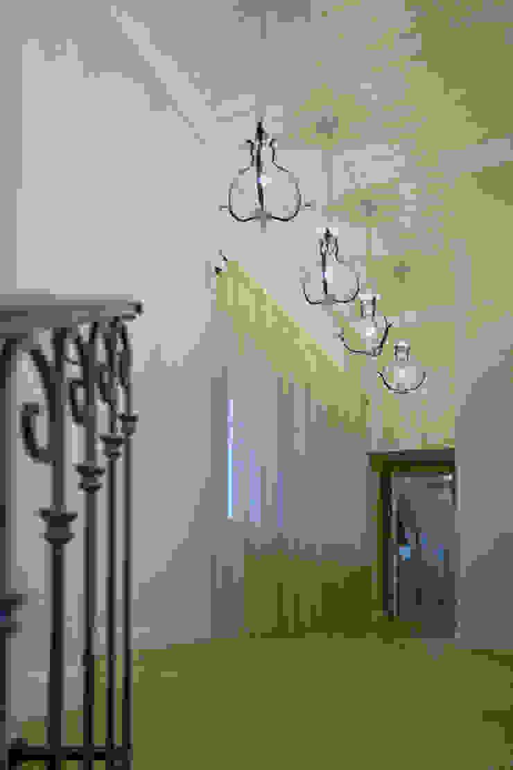 пос. Николина гора, Рублево-Успенское шоссе Коридор, прихожая и лестница в классическом стиле от Дизайн-студия интерьера 'ART-B.O.s' Классический