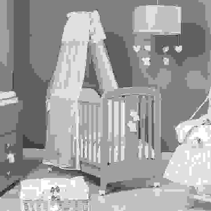 'Miro' baby cot in brown by Picci por My Italian Living Moderno Madeira Efeito de madeira