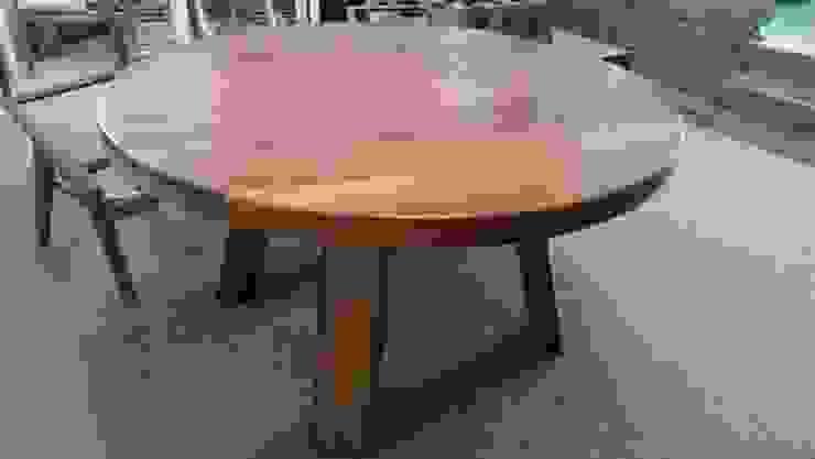 Mesa de comedor redonda de KARDA MUEBLES Moderno