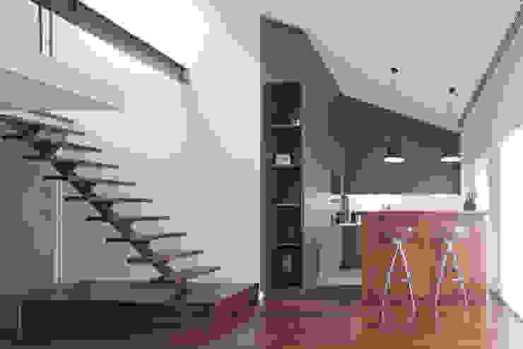 Modern corridor, hallway & stairs by RRJ Arquitectos Modern