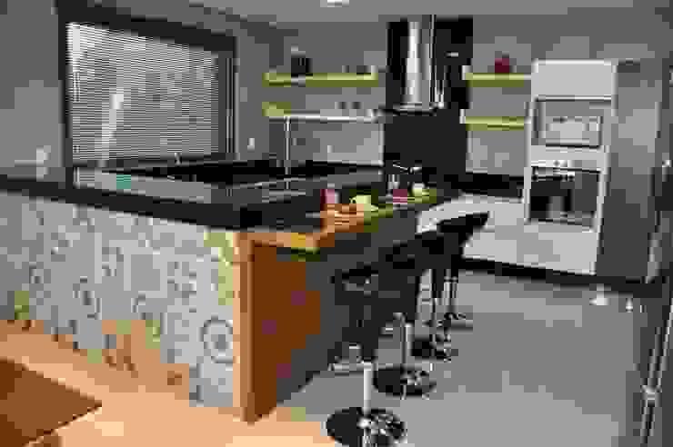Cozinha – residência em Águas Formosas Cozinhas modernas por Lívia Bonfim Designer de Interiores Moderno