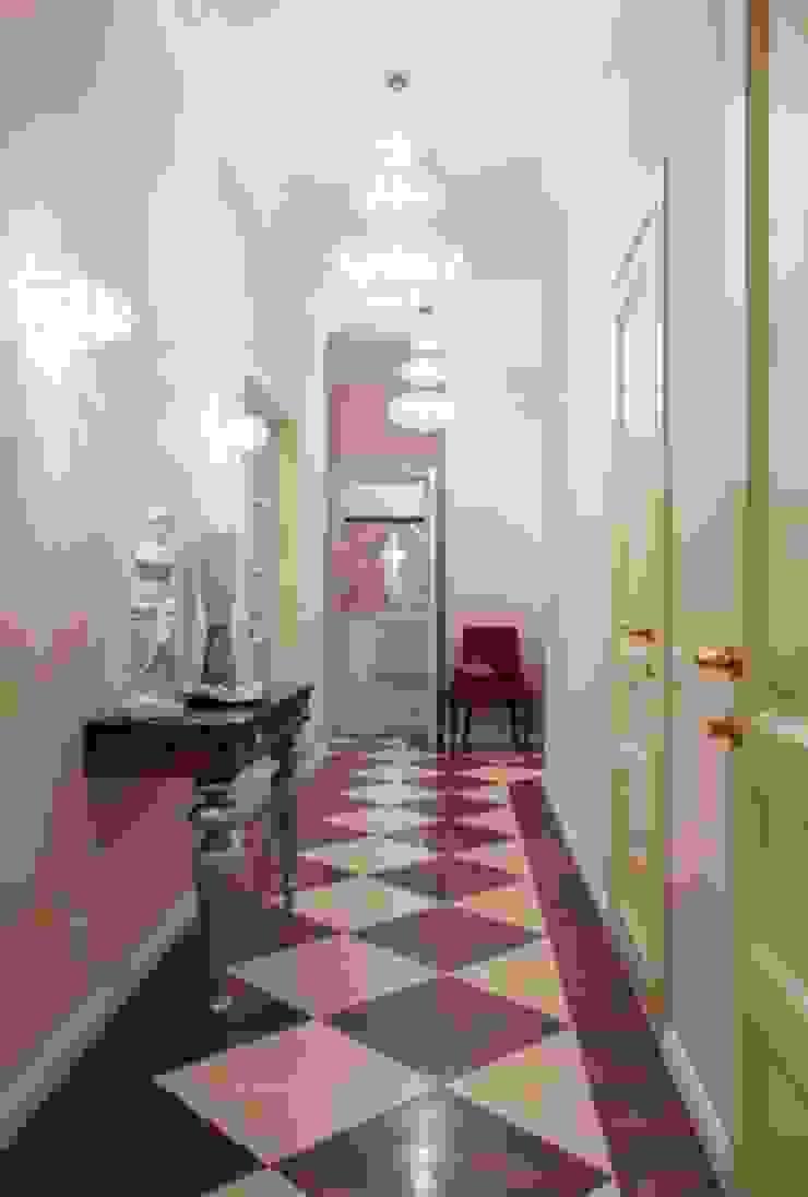 ЖК <q>Белый лебедь</q> Коридор, прихожая и лестница в классическом стиле от White & Black Design Studio Классический
