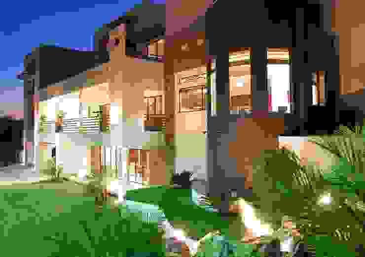 Vista de Fachada posterior Casas modernas de Acrópolis Arquitectura Moderno