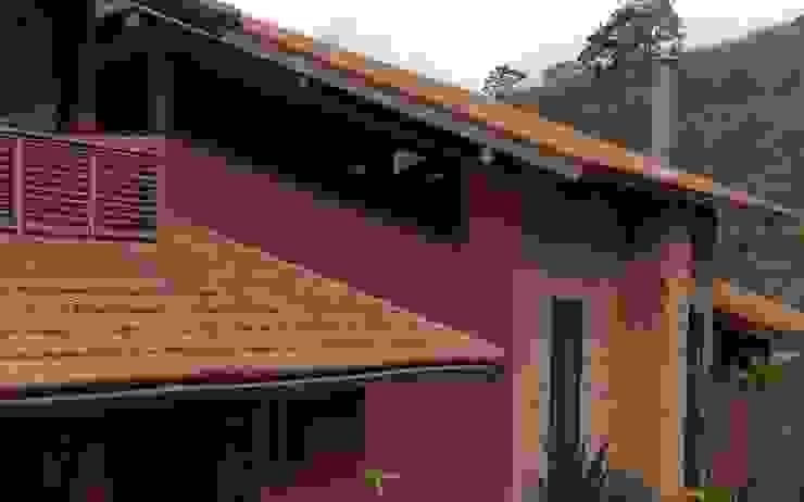 Fachada  com paredes em tijolo aparente pintura a base de cal: Casas  por Ronald Ingber Arquitetura
