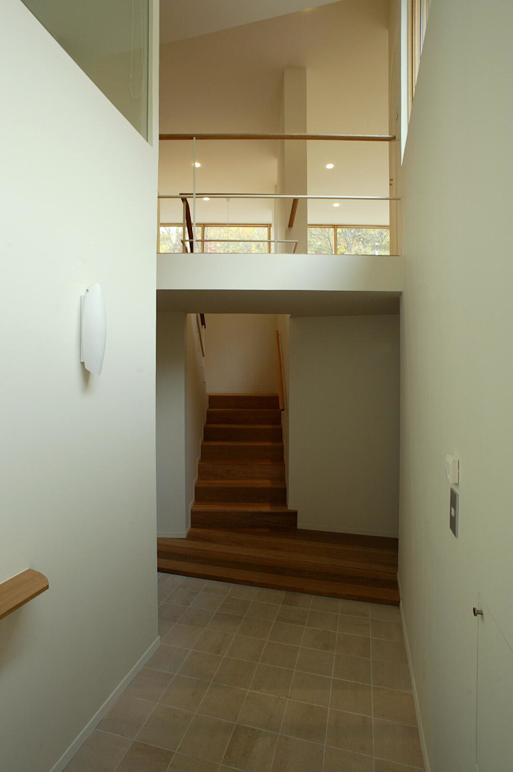 Eclectic style corridor, hallway & stairs by キタウラ設計室 Eclectic