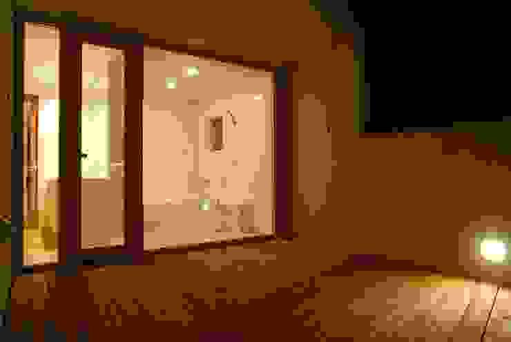 バルコニーから浴室を見る: キタウラ設計室が手掛けたテラス・ベランダです。,オリジナル
