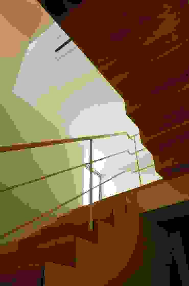 Pasillos, vestíbulos y escaleras de estilo ecléctico de キタウラ設計室 Ecléctico