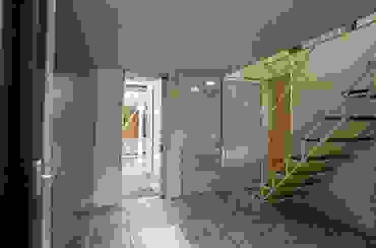 土間玄関 モダンスタイルの 玄関&廊下&階段 の 桑原建築設計室 モダン