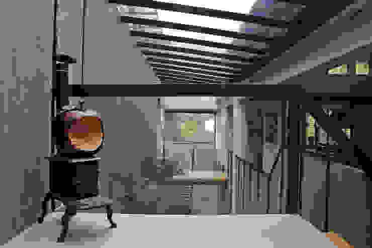 Modern Corridor, Hallway and Staircase by Iluminarq Modern