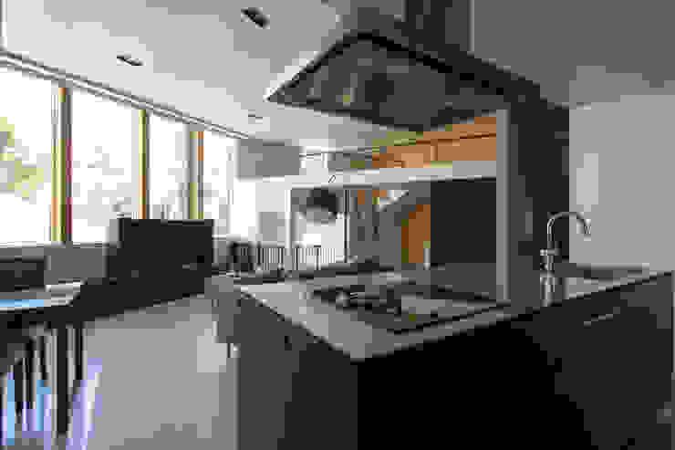 キッチンを中心に家族がひとつになれるいえ モダンな キッチン の ピコグラム建築設計事務所 モダン